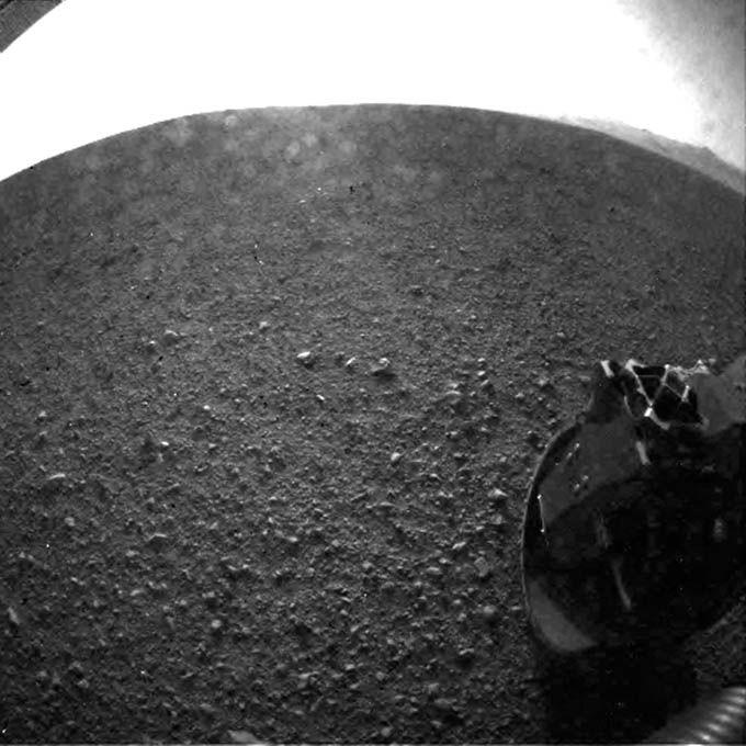 Robô Curiosity enviou primeiras imagens assim que pousou no solo de Marte / JPL-Caltech Television/ AFP