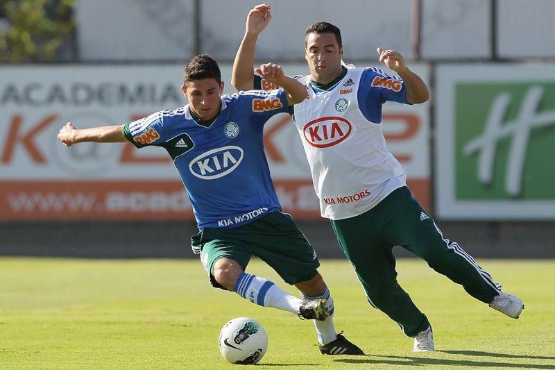 Daniel Carvalho (D) voltou aos treinos nesta terça-feira e deve reforçar o elenco alviverde, que sofre com muitos desfalques   / Moisés Nascimento/AGIF/Folhapress