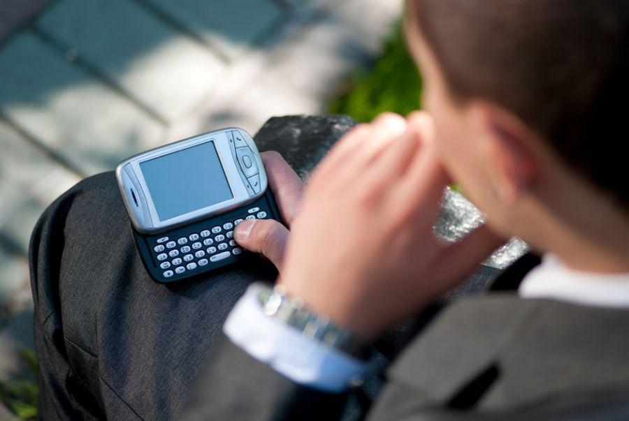 Trabalhadores poderão exigir salário extra por trabalhar fora do expediente ao celular / Aleksandr Markin/Shutterstock