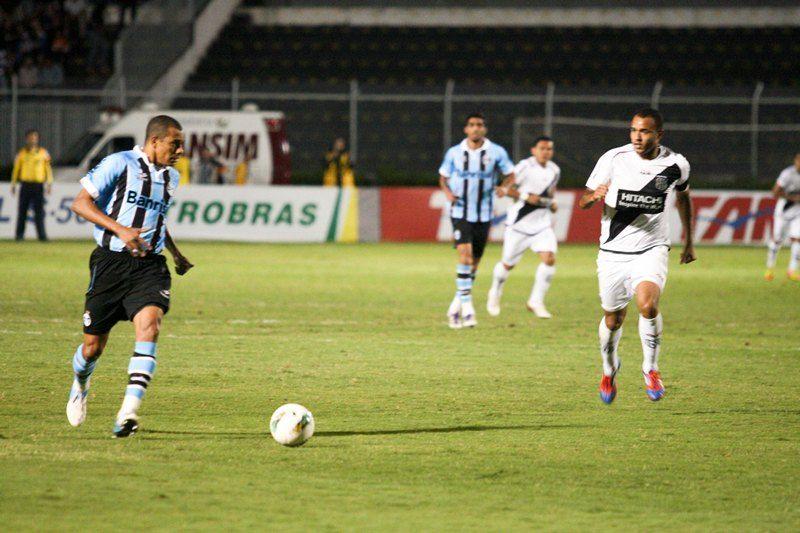 A Ponte Preta, de Roger, ficou na igualdade com o Grêmio, de Gilberto Silva, na noite desta quinta-feira / Luciano Claudino/Frame Folhapress