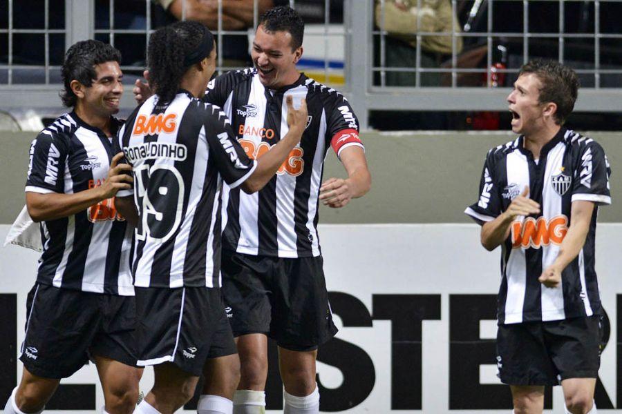 Jogadores comemoram gol de Réver / Pedro Vilela/AGIF /Folhapress
