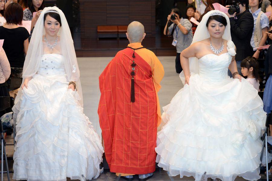 Fish Huang e You Ya-ting usaram vestidos de noiva tradicionais na cerimônia / Sam Yeh/AFP
