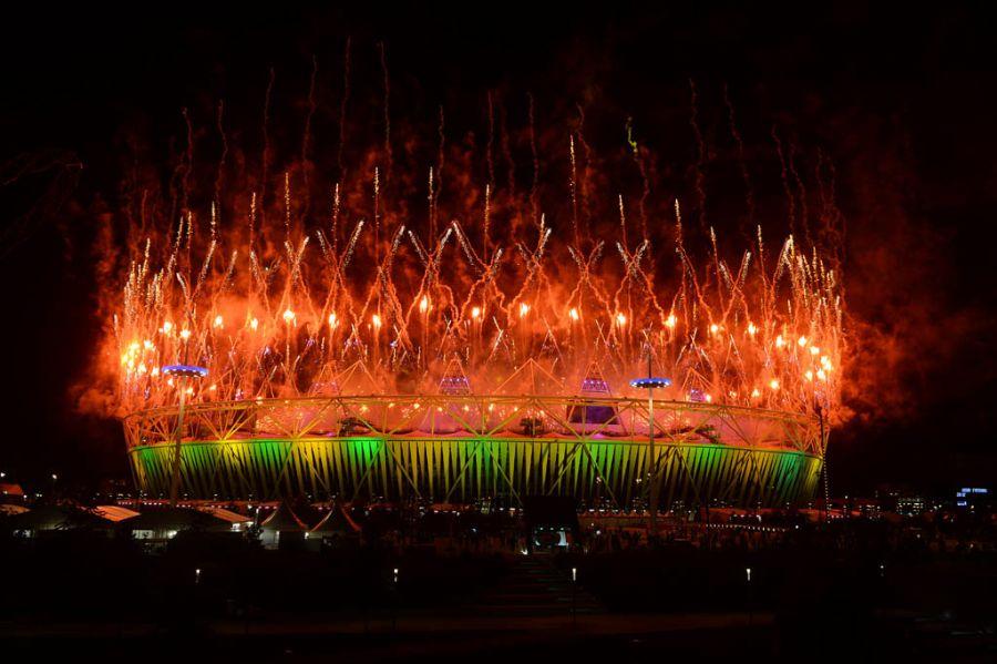 'Em chamas', Estádio Olímpico ganha as cores da bandeira do Brasil / Indranil Mukherjee/AFP