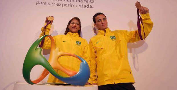 Sarah e Kitadai exibem suas medalhas: jovens, também são apostas para 2016 / Alaor Filho/AGIF/COB