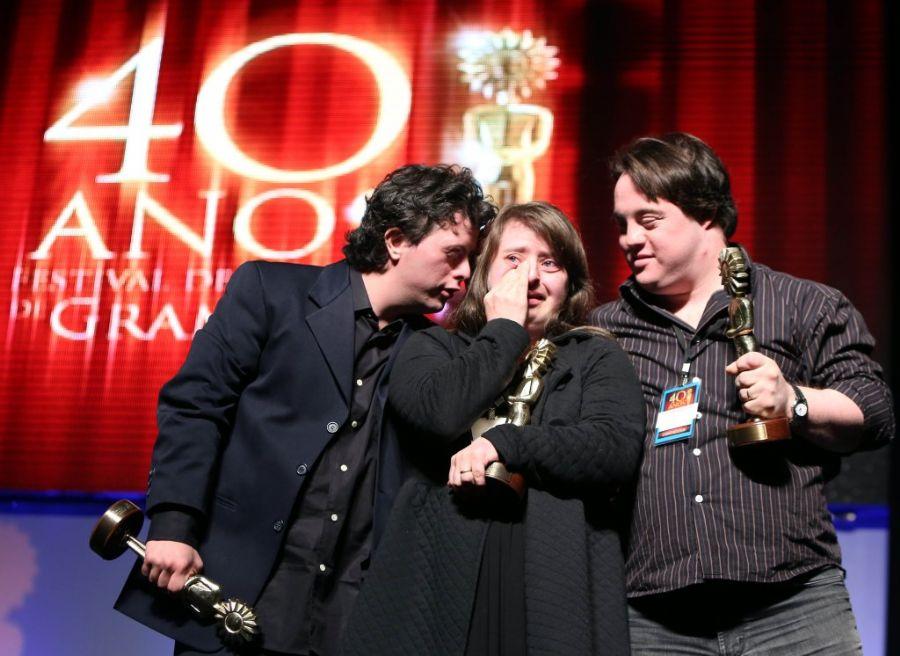 Breno Viola, Rita Pokk e Ariel Goldenberg se emocionam ao receber o Prêmio Especial do Júri na categoria longa-metragem / Edison Vara/Pressphoto