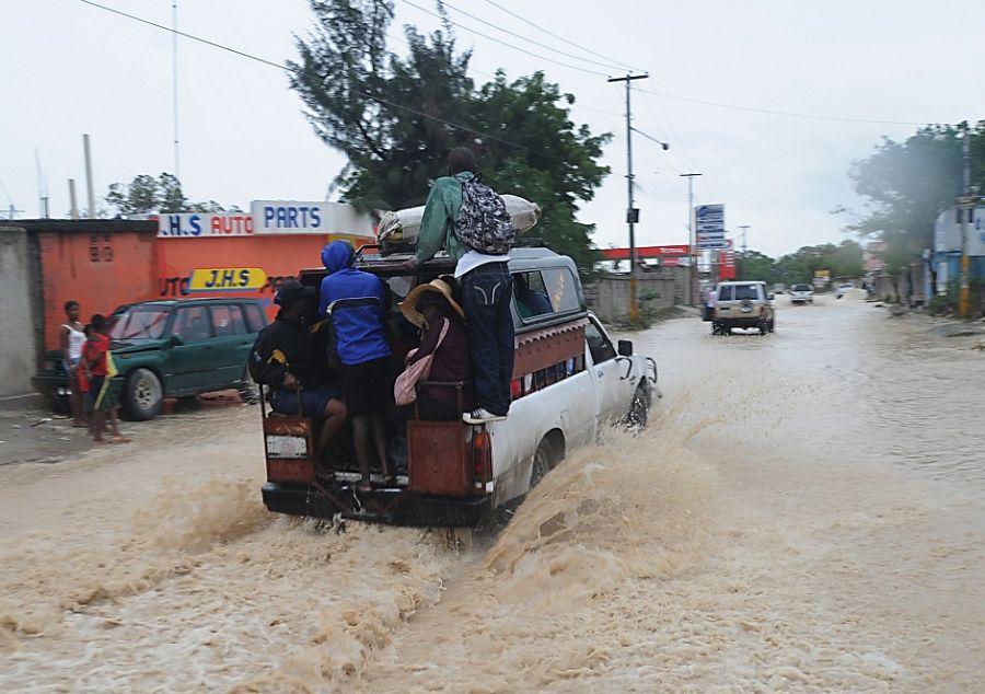 A tempestade também destruiu 335 casas e provocou danos em outras 2.346 / THONY BELIZAIRE / AFP