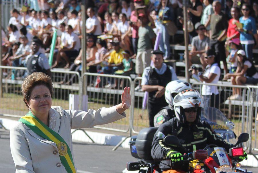 Dilma chegou para o desfile no Rolls Royce presidencial / Sérgio Lima/ Folhapress