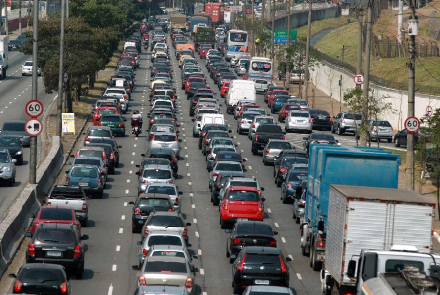 Nesta tarde de sexta-feira, a Avenida dos Bandeirantes apresentou lentidão no sentido do complexo Anchieta-Imigrantes / Rivaldo Gomes/Folhapress