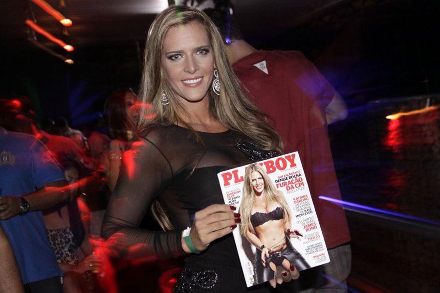 Denise Rocha mostra toda orgulhosa sua publicação / Philippe Lima/AgNews