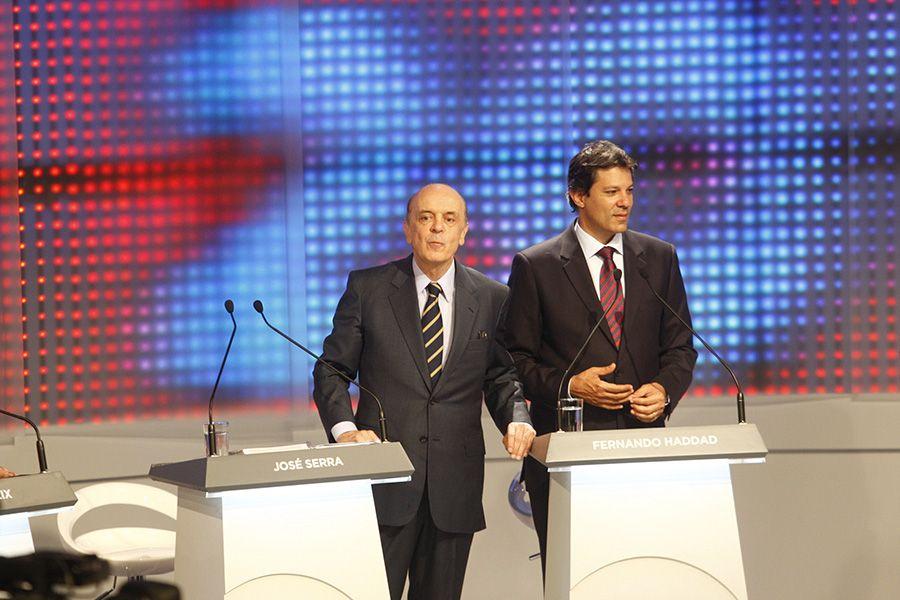 Serra e Haddad durante debate em São Paulo / Joel Silva/Folhapress