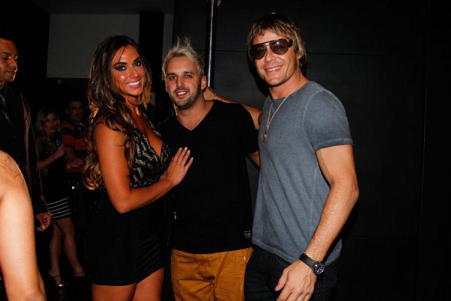 Nicole Bahls, Rodrigo Capela e Theo Becker posam para fotos / Thais Aline e Danilo Carvalho/AgNews
