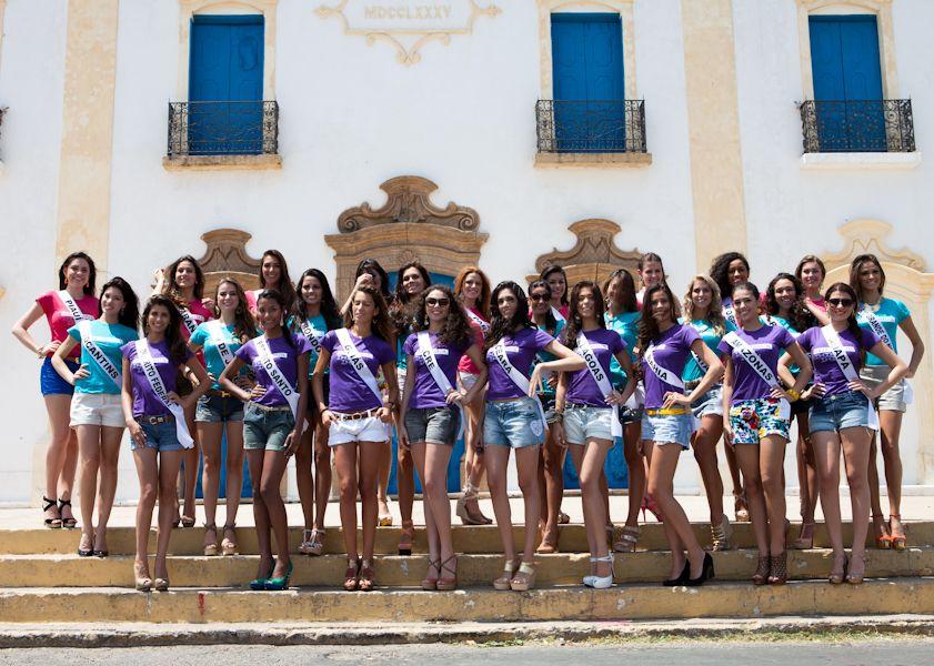 Misses se reúnem para fotos em frente à Igreja Matriz de Nossa Senhora do Rosário, em Aracati