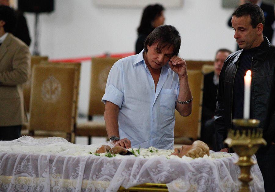 Acompanhado pelo filho, Roberto Carlos chora sobre o corpo de Hebe Camargo /  Alessandro Shinoda/Folhapress