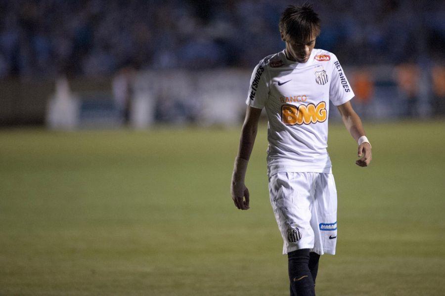 Neymar deixa o gramado do Olímpico após expulsão: apagado / Ramiro Furquim/AGIF/Folhapress