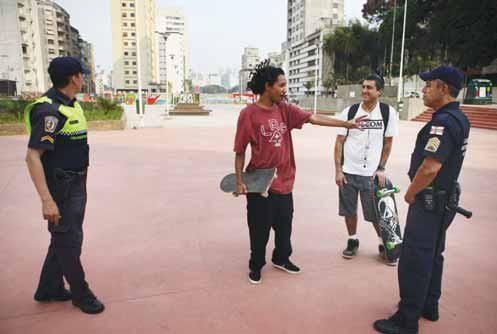 Guardas abordam skatistas na praça Roosevelt / André Porto / Metro