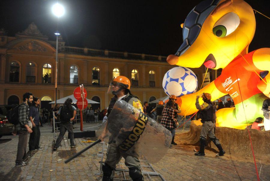 Manifestantes destroem mascote da Copa. Boneco inflável gigante foi  atacando durante manifestação 450390b61d0