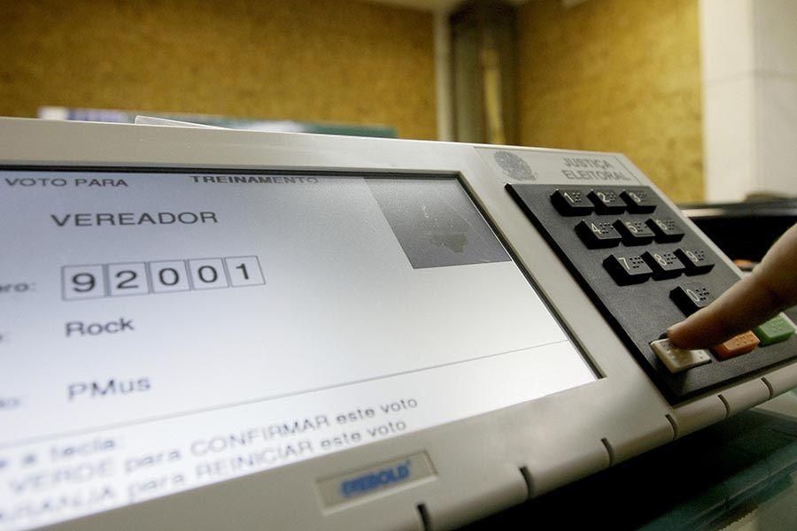 Voto nulo é contabilizado quando o eleitor tecla um número que não corresponde a nenhum candidato / Eduardo Quadros/Fotoarena/Folhapress