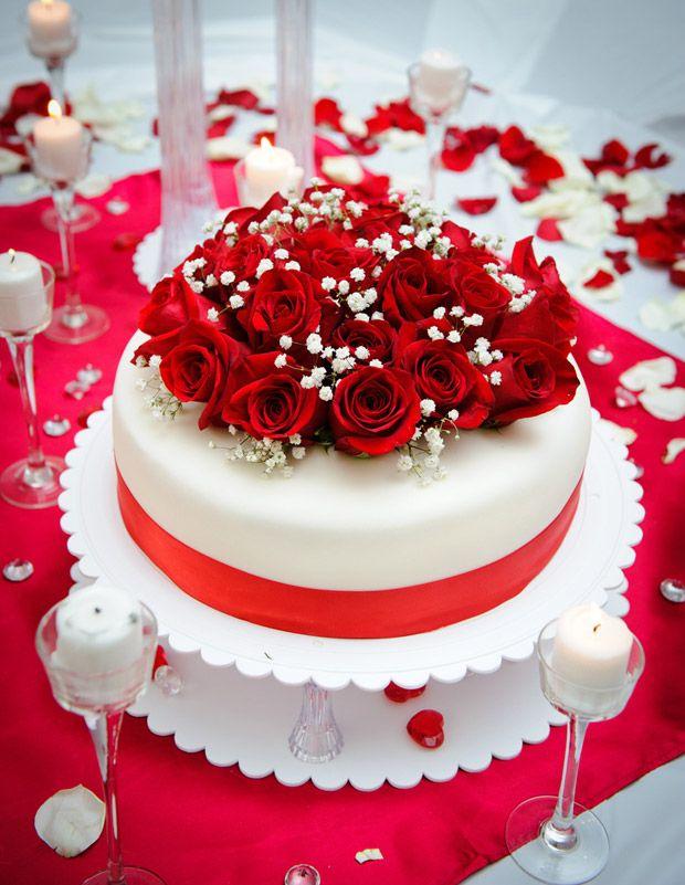 Bolo simples, de um andar, com rosas vermelhas