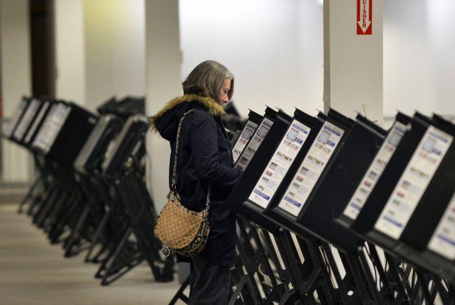 Mulher vota antecipado em Ohio / Jewel Samad/AFP