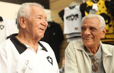 Nilton Santos (à esq.) ao lado do ex-goleiro Gilson / Foto: Divulgação/Botafogo