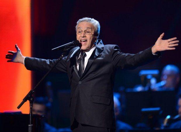Caetano Veloso canta e leva prêmio