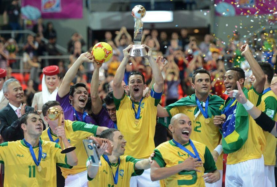 b69c4f30d3 Brasileiros comemoram vitória sobre a Espanha no Mundial de Futsal    Pornchai Kittwongsakul AFP Brasileiros comemoram vitória sobre a Espanha no  Mundial de ...