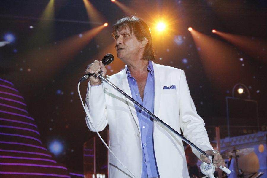 Roberto Carlos solta a voz para plateia rechada de celebridades / Felipe Panfili e Roberto Filho/AgNews