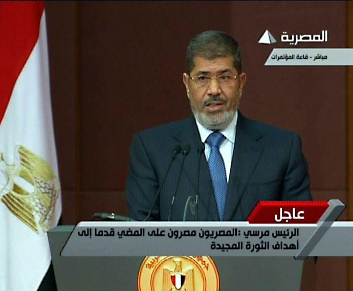 O ex-presidente do Egito Mohamed Morsi em imagem capturada da TV estatal egípcia. / Egyptian TV/AFP