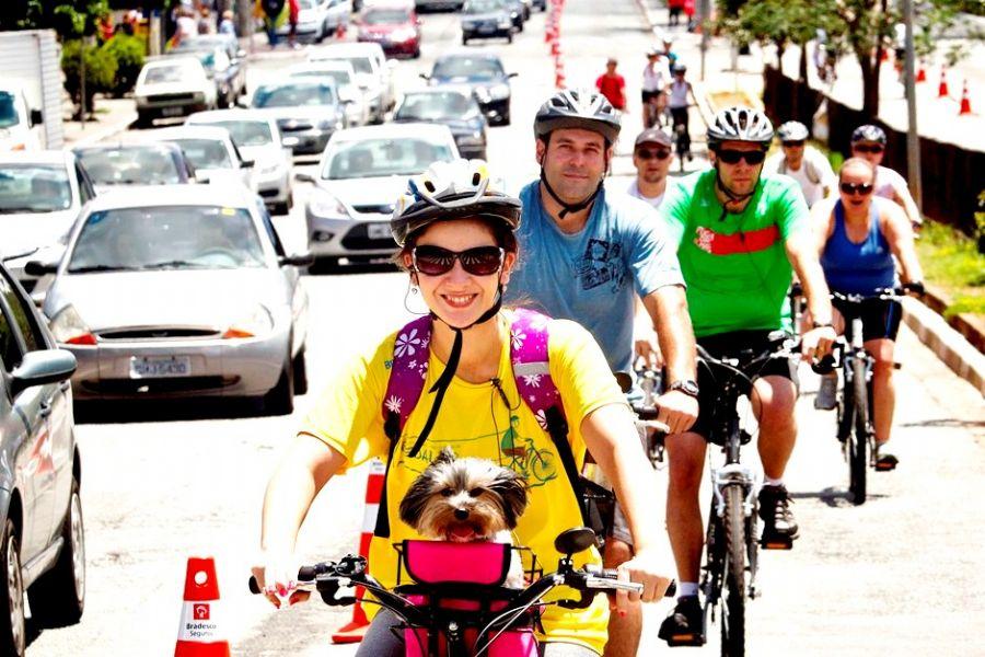 Quem não tem bicicleta pode uma em vários pontos espalhados pela cidade / Eduardo Knapp/Folhapress