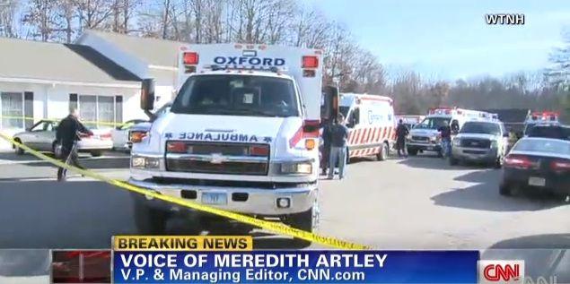 Ambulâncias foram encaminhadas ao local após tiroteio nesta sexta-feira / Reprodução/CNN