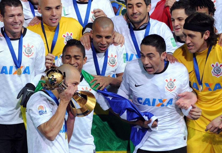 Alessandro beija troféu do Mundial: brasileiros na frente / Toshifumi Kitamura/AFP