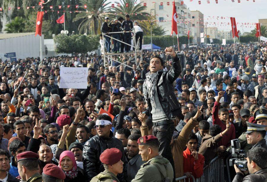 Oito mil pessoas se reuniram em uma praça para comemorar / FETHI BELAID / AFP