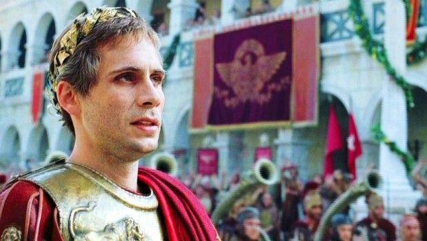 Jeremy Sisto interpreta o imperador Julius Caesar /
