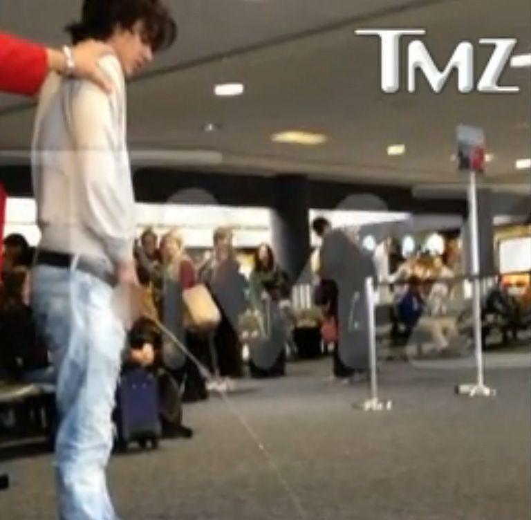 Bronson Pelletier é filmado fazendo xixi em aeroporto / Reprodução/TMZ