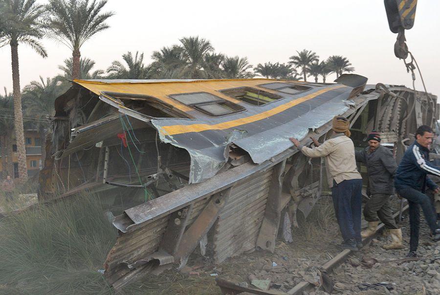Destroços do trem são retirados dos trilhos / Khaled Desouki/AFP