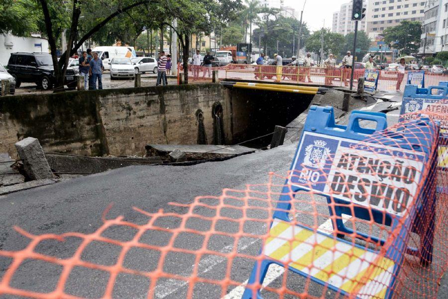 Por conta das fortes chuvas, asfalto da avenida Maracanã cedeu, surgindo um buraco / Rudy Trindade/Frame/Folhapress
