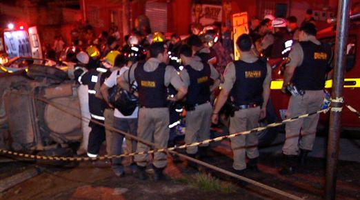 Policiais durante atendimento aos acidentados /