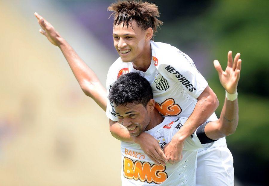 Neílton (em cima) vibra com Giva após o terceiro gol santista na decisão / Mauro Horita/AGIF/Folhapress