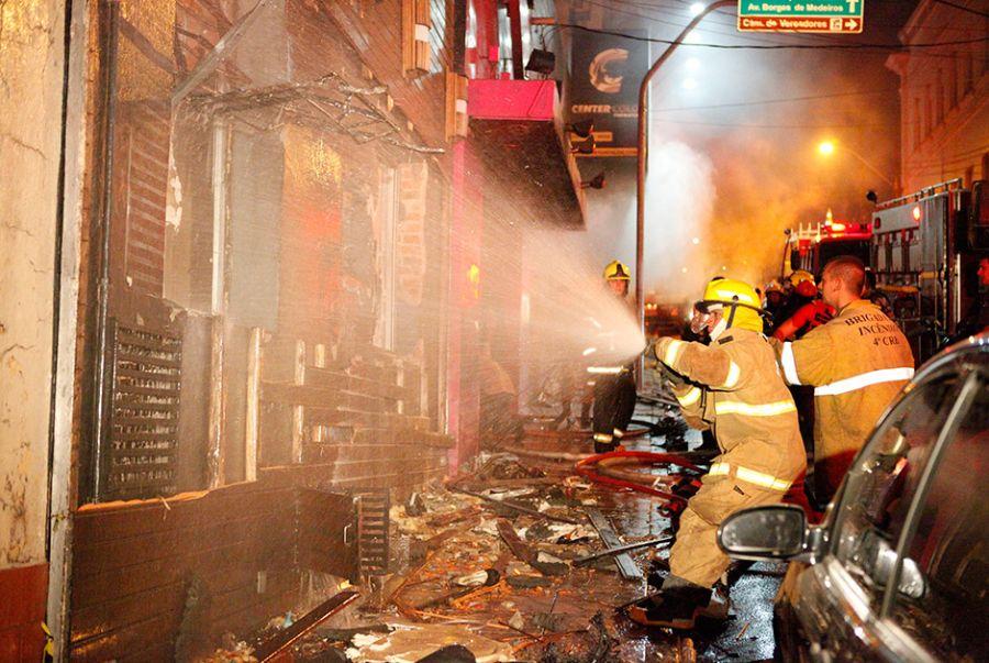 O incêndio acabou com centenas de mortes no RS / Germano Roratto/Ag. RBS/Folhapress