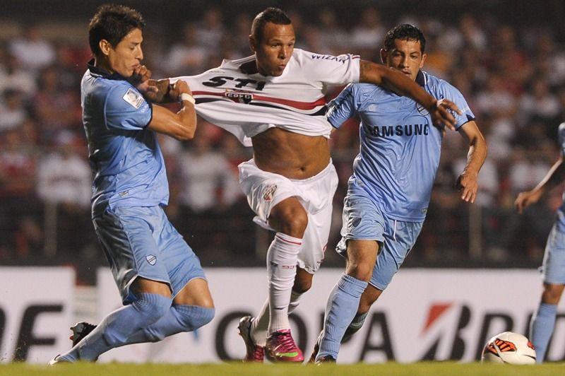 Luis Fabiano volta a encarar a marcação da LDU nesta quarta-feira / Yasuyoshi Chiba/AFP