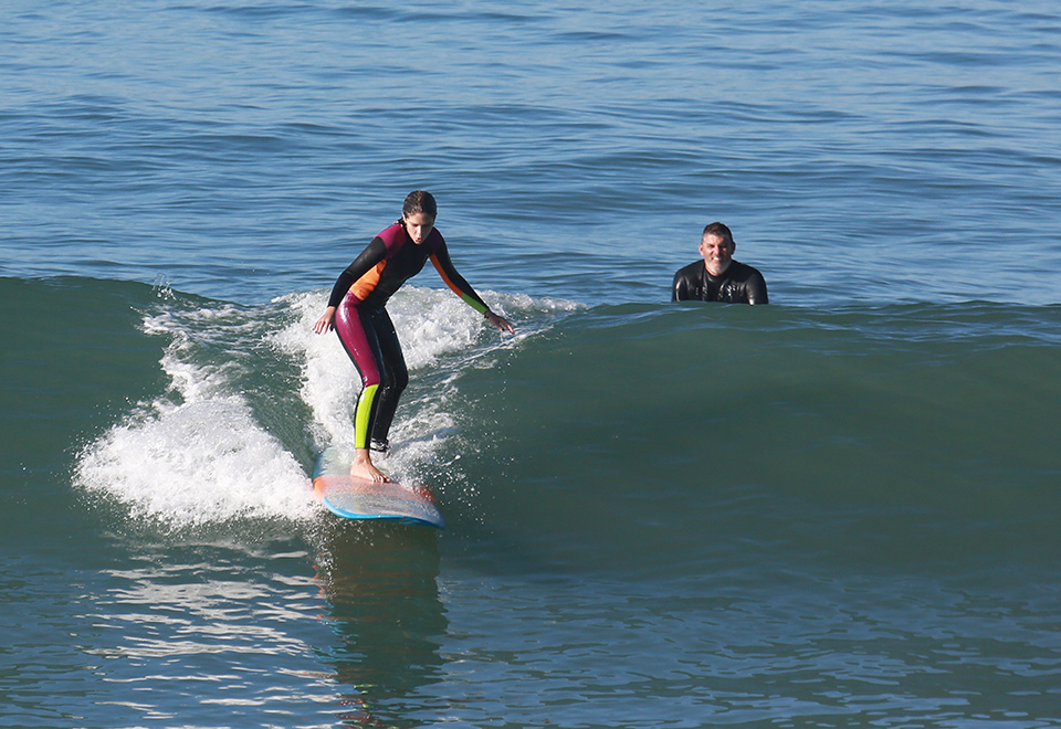 Isabella Santoni faz aula de surfe na praia da Macumba