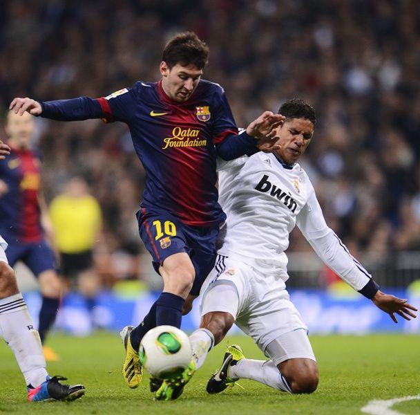 Messi encara marcação de Varane, que fez gol de empate do Real Madrid contra Barcelona / Pierre-Philippe Marcou/AFP