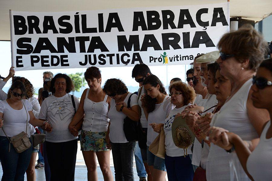 De mãos dadas, todos rezaram e pediram paz e justiça para que novas tragédias sejam evitadas / Fabrício Rodrigues Pozzebom/ABr