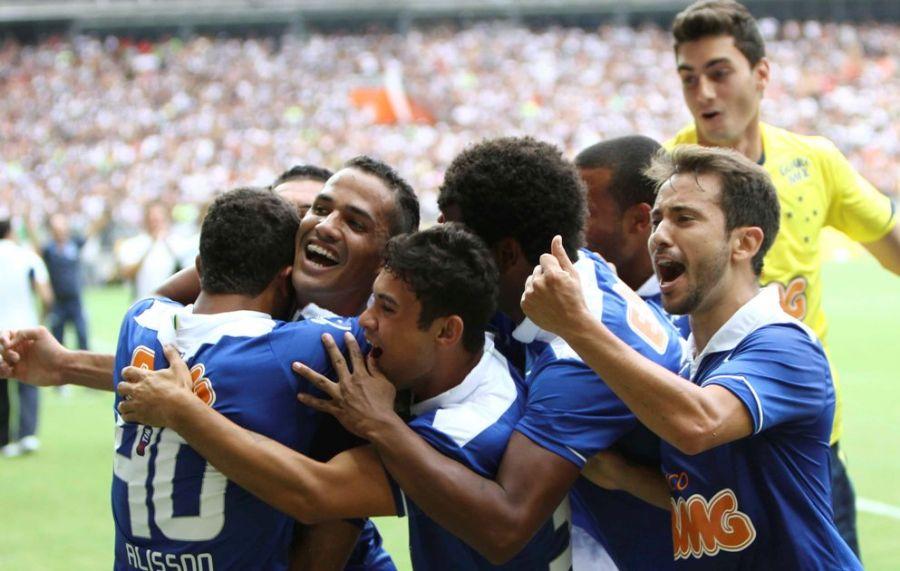 Jogadores da Raposa vibram após um dos gols da equipe no clássico / Washington Alves/Vipcomm