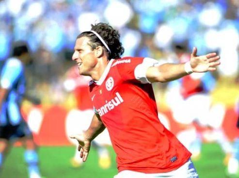 Forlán comemora gol na vitória do Inter diante do Grêmio neste domingo / Alexandre Lops/Site Inter
