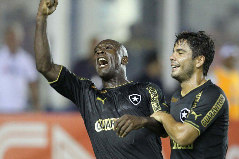 Seedorf deu show ao marcar três gols na noite deste domingo / Rui Porto Filho/Fotoarena/Folhapress