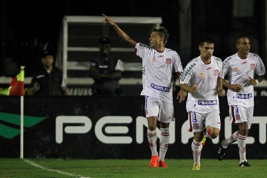 Hugo vibra após marcar o gol da vitória do Bangu / Wagner Meier/Agif/Folhapress
