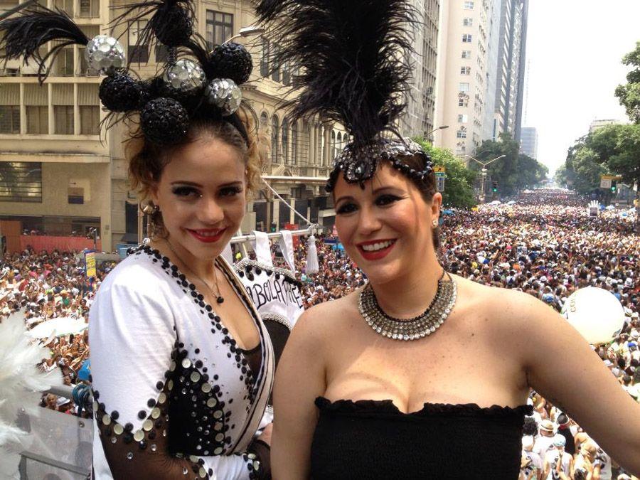 6958deccd711d Leandra Leal e Maria Rita curtem o tradicional bloco de rua do Rio (Foto   Divulgação Cordão da Bola Preta)