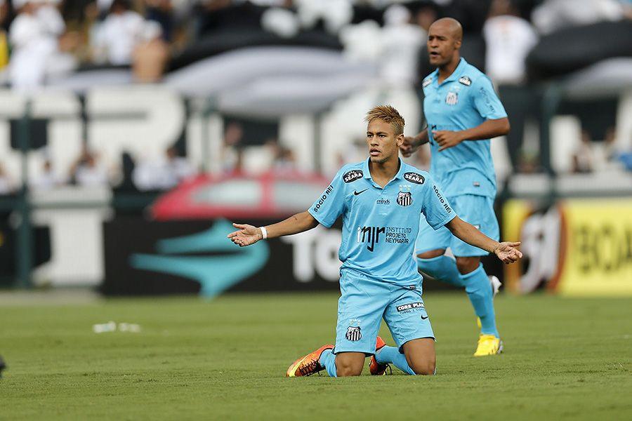 Neymar reclama de falta enquanto é observado por Marcos Assunção / Piervi Fonseca/Agif/Folhapress