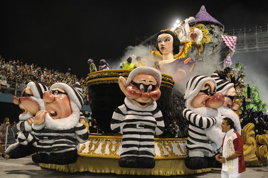 Escola conquistou o bicampeonato com um desfile sobre sedução e tentação / Yasuyoshi Chiba/AFP